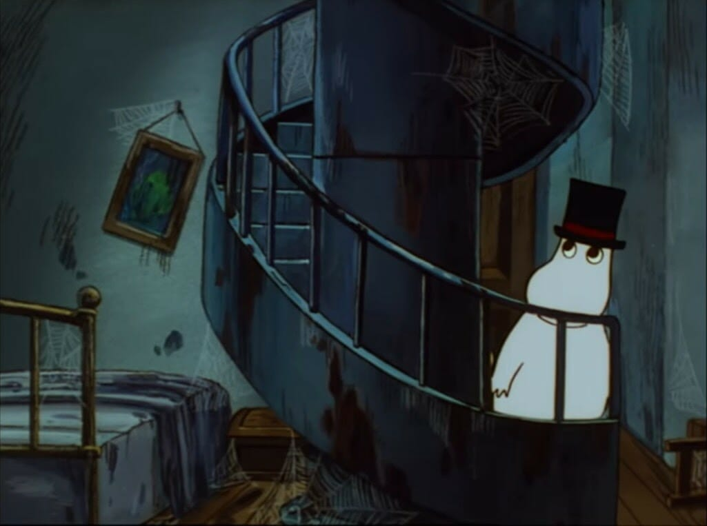 A screenshot from Tanoshii Moomin Ikka. Moominpappa enters the lighthouse. Every surface and piece of furniture is covered in cobwebs, and many of the items are in a state of great disrepair